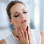 В горле что-то мешает при глотании — что можно сделать и когда срочно нужен врач